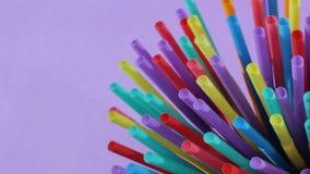 plastica delle paglie della paglia che beve monouso a schermo pieno colourful del fondo stock footage