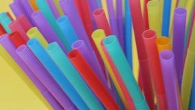 plastica delle paglie della paglia che beve monouso a schermo pieno colourful del fondo archivi video