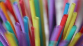 plastica delle paglie della paglia che beve monouso a schermo pieno colourful del fondo video d archivio