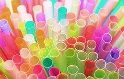 Plastica delle paglie della paglia che beve a schermo pieno colourful del fondo Fotografia Stock Libera da Diritti