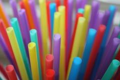 Plastica delle paglie della paglia che beve a schermo pieno colourful del fondo Immagini Stock