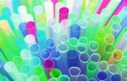 Plastica delle paglie della paglia che beve a schermo pieno colourful del fondo Fotografie Stock