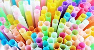 Plastica delle paglie della paglia che beve a schermo pieno colourful del fondo Immagine Stock Libera da Diritti