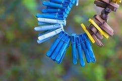 Plastica, legno, vecchie mollette che appendono su una corda Fotografie Stock