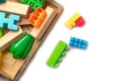 Plastica variopinta del giocattolo su fondo bianco Immagini Stock