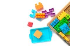 Plastica variopinta del giocattolo su fondo bianco Immagine Stock