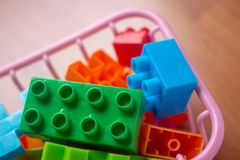 Plastica variopinta del giocattolo sul fondo di legno del pavimento Fotografia Stock