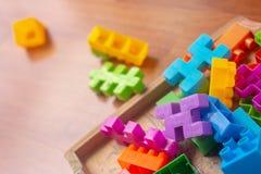 Plastica variopinta del giocattolo sul fondo di legno del pavimento Immagini Stock Libere da Diritti