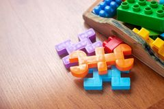 Plastica variopinta del giocattolo sul fondo di legno del pavimento Fotografia Stock Libera da Diritti