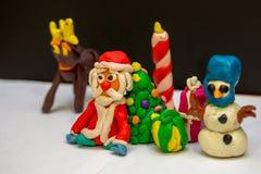 Plasticine Άγιος Βασίλης που στηρίζεται κοντά στο χριστουγεννιάτικο δέντρο στοκ φωτογραφία με δικαίωμα ελεύθερης χρήσης
