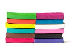 Plasticine colorato su un fondo bianco Immagine Stock