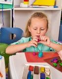 Plasticine modelleringsklei Het spel van het kinddeeg in school Stock Foto