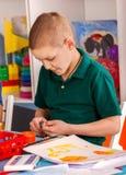 Plasticine modelleringsklei in kinderenklasse De leraar onderwijst in school Stock Afbeeldingen