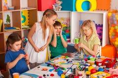 Plasticine modelleringsklei in kinderenklasse De leraar onderwijst in school royalty-vrije stock afbeeldingen