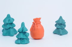 Plasticinebeutel der Weihnachtsgeschenke zwischen Tannenbaum Stockfoto