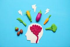 Plasticinecijfer van de mens en vegetarisch voedsel Voedsel voor mening, last van energie Gezonde levensstijl, ontgifting en anti stock foto's