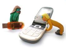 Plasticineleuteabbildungen mit Telefonen und usb Stockfotos