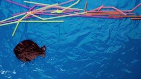 Plastiek in de oceaan Animatie met het drinken stro en vissen onder water De Animatie van de eindemotie stock video