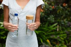 Plastiek en glas bootle stock foto