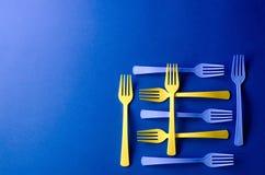 Plastiek gekleurde die vorken in de vorm van een vierkant worden opgesteld stock afbeeldingen