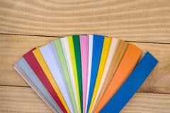 Plastiek gekleurde monstertrekker voor meubilair op houten bureau royalty-vrije stock foto's