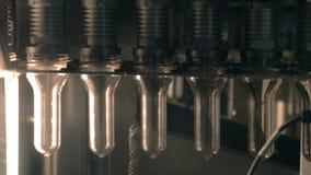 Plastiek, HUISDIERENflessen die zich op een transportband bij een plastic fabriek van de flessenproductie bewegen stock footage