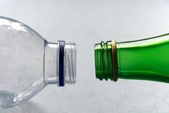 Plastiek tegenover de Flessen van het Glas Royalty-vrije Stock Afbeelding