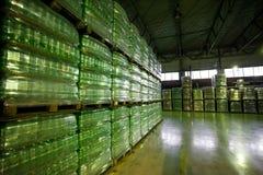 Plastiek verpakte flessen in fabriekspakhuis stock afbeeldingen