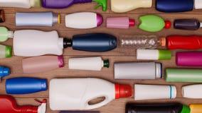 Plastiküberschüssige Flaschen, die eine Tabelle schiebt durch Schirm füllen stock video