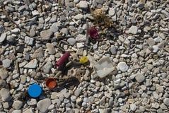 Plastik auf dem Strand Stockbilder