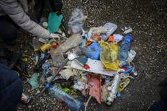 Plastik auf dem Strand mit Spritze und anderem Plastikabfall Lizenzfreie Stockbilder