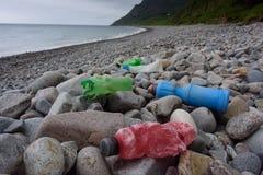 Plastik- Flaschen, die auf Strand, Nord-Wales, Großbritannien verrotten stockfotos
