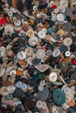 Plastik-, Metall-und Holz-Knöpfe angehäuft im Kasten Lizenzfreie Stockfotos