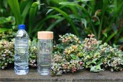 Plastik- und Glas-bootle lizenzfreie stockbilder