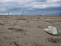 Plastikabfall, Abfall, auf großem sandigem Strand Stockbilder