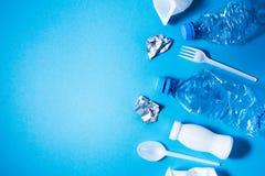Plastikabfall auf blauem Hintergrund, lizenzfreies stockbild