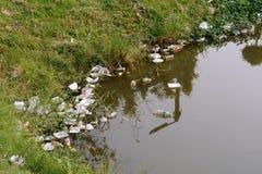 Plastikabfall im Fluss, in der Verschmutzung und in der Umwelt im Wasser stockfotos