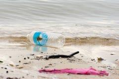 Plastikabfallabfall auf dem Buchtweg, der den Ozean und das en verunreinigt Lizenzfreie Stockbilder