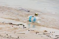 Plastikabfallabfall auf dem Buchtweg, der den Ozean und das en verunreinigt Lizenzfreies Stockbild