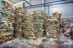 Plastikballen Abfall in der Verarbeitungsanlage der Abfallbehandlung Wiederverwertung von separatee und von Lagerung des Abfalls  lizenzfreies stockbild