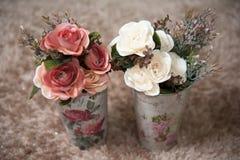 Plastikblumen in den Behältern Lizenzfreies Stockbild
