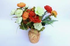 Plastikblumen in einem Vase Lizenzfreie Stockfotos