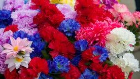 Plastikblumen im Schaufenster lizenzfreies stockbild