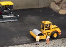 Plastikbodenverdichterspielzeug mit Personen Stockfotos