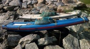 Plastikboote für Ufer als Floss auf Arabischem Meer Stockbilder
