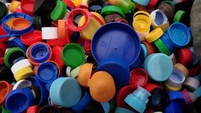 Plastikdeckel von den Flaschen vorbereitet für die Wiederverwertung stock video