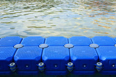 Plastikdock im Fluss Lizenzfreies Stockbild