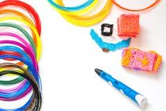 Plastikfäden des bunten Regenbogens mit für dem Stift 3D, der auf Weiß legt Neues Spielzeug für Kind Malereien 3d und Zahlen mit  Stockbild