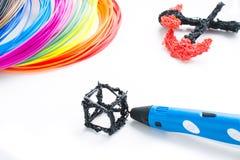 Plastikfäden des bunten Regenbogens mit für dem Stift 3D, der auf Weiß legt Neues Spielzeug für Kind Malereien 3d und Zahlen mit  Lizenzfreie Stockfotografie