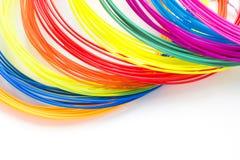 Plastikfäden des bunten Regenbogens mit für dem Stift 3D, der auf weißen Hintergrund legt Neues Spielzeug für Kind Lizenzfreie Stockfotografie
